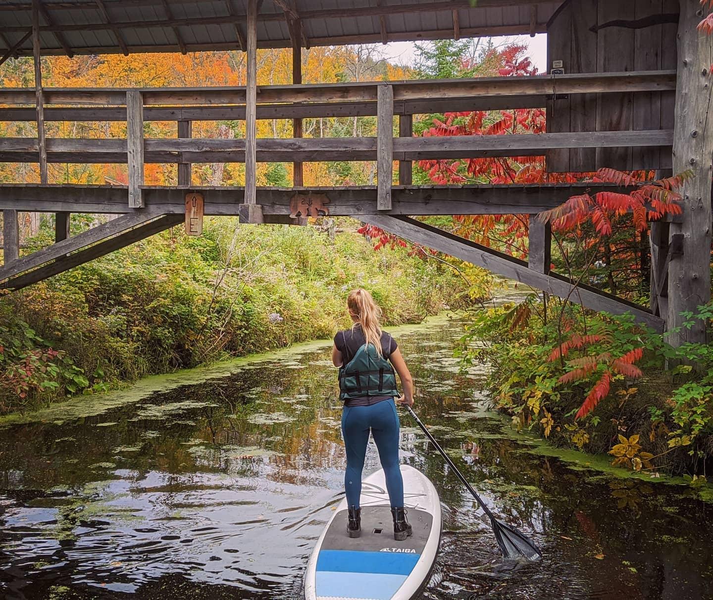 Paddle board dans le labyrinthe d'eau de Éco-Odyssée