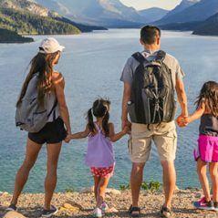 Famille en visite au Parc National des Lacs Waterton