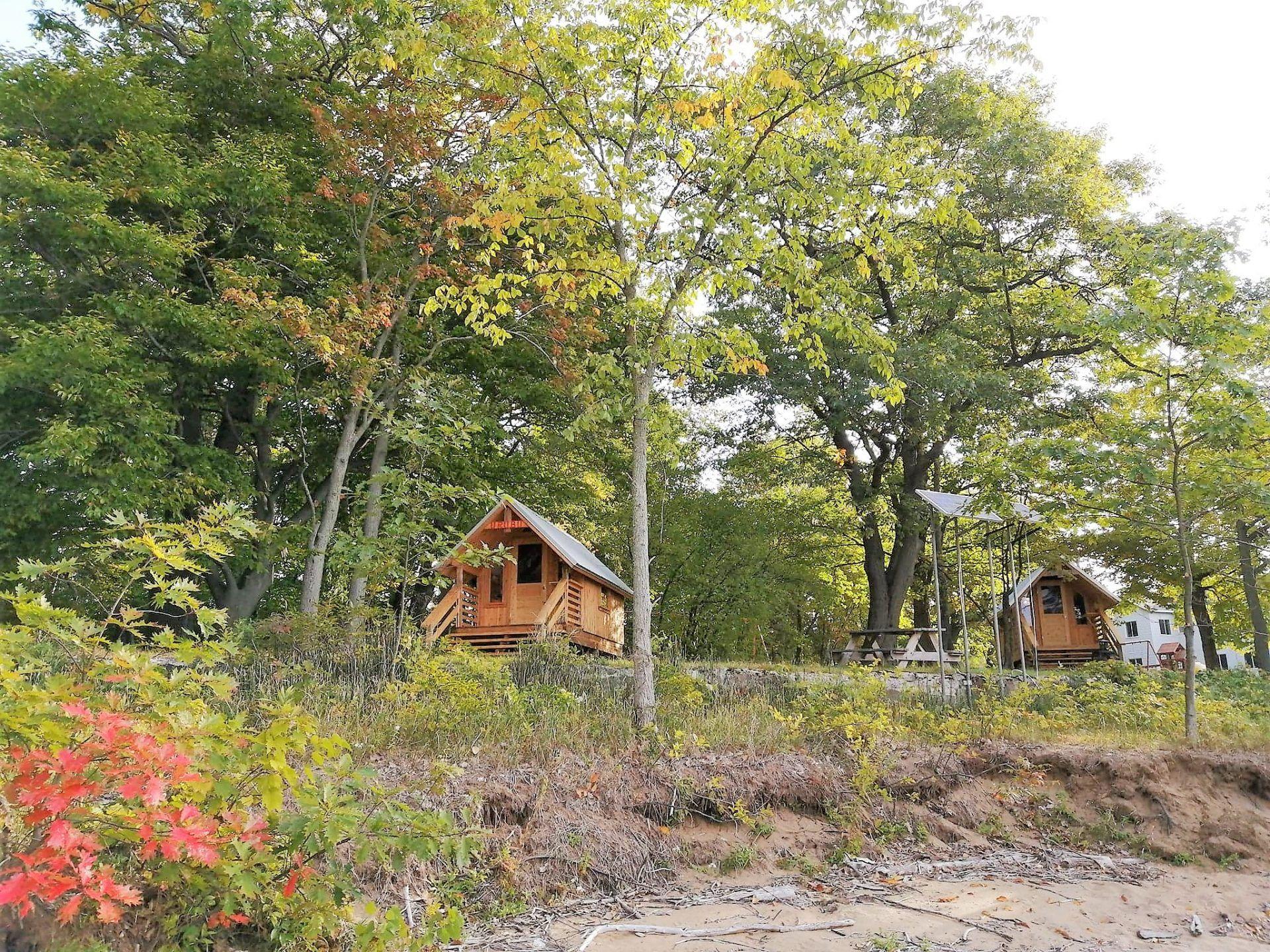 Paysage naturel autour des prêts à camper de Plein Air Ville Joie, un site de glamping situé en Mauricie
