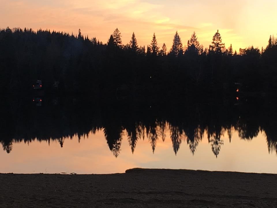 Vue du lac du camping du Domaine Lausanne lors du coucher du soleil