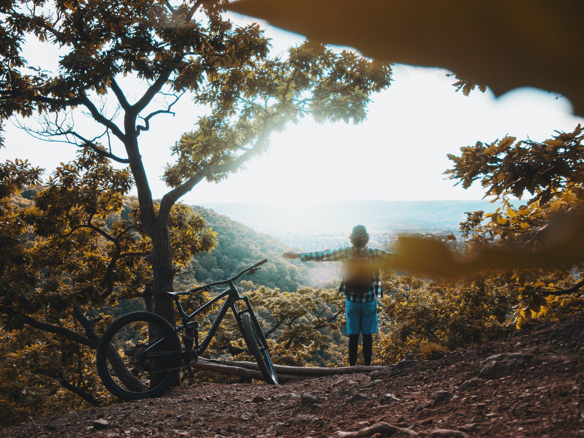 Silhouette d'une personne et de son vélo de montagne